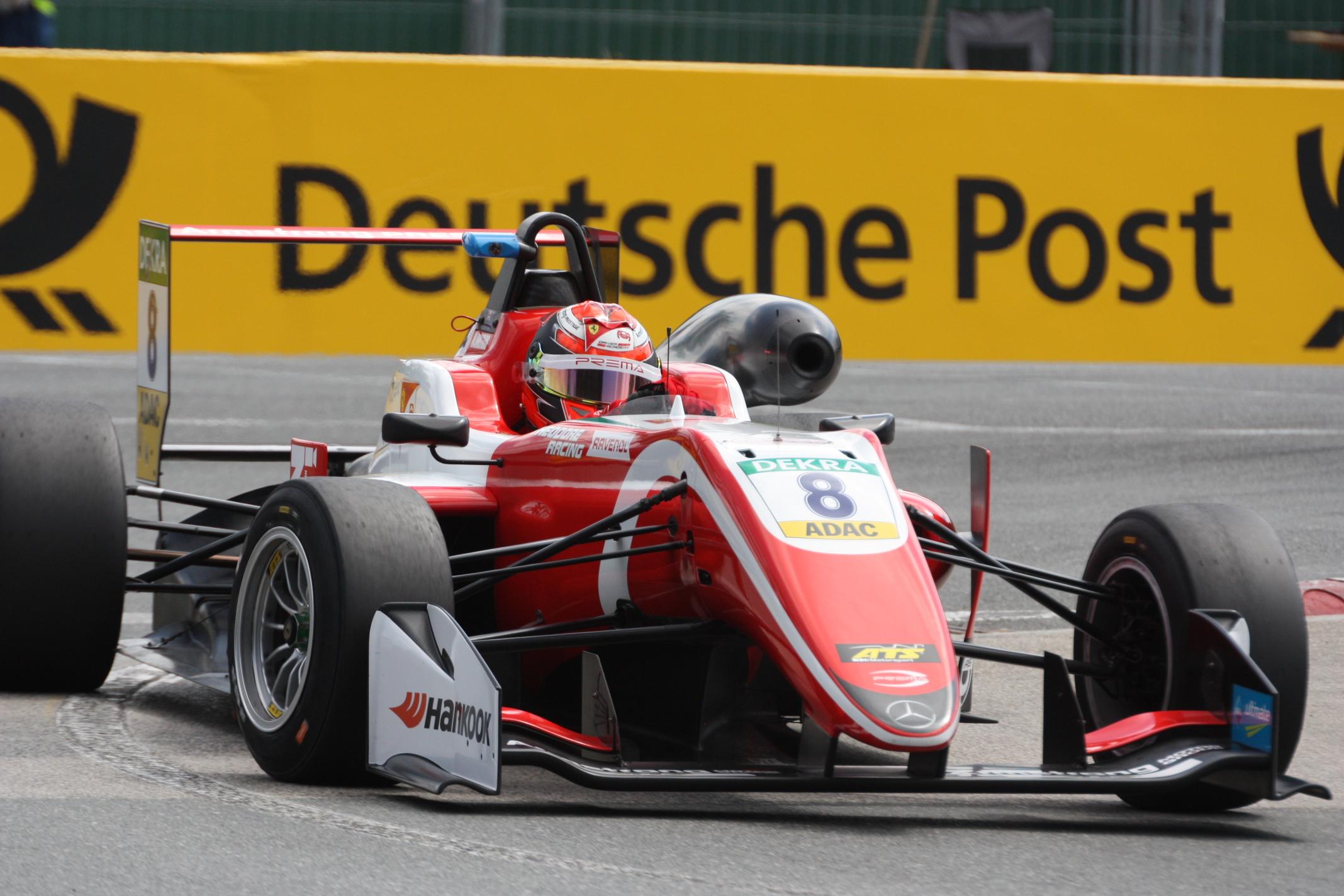 Dojel si pro vítězství v sobotu, pak pro druhé a třetí místo v neděli: Po součtu bodů to pro pilota Premy-Theodore Marcuse Armstronga znamená vedení v šampionátu F3