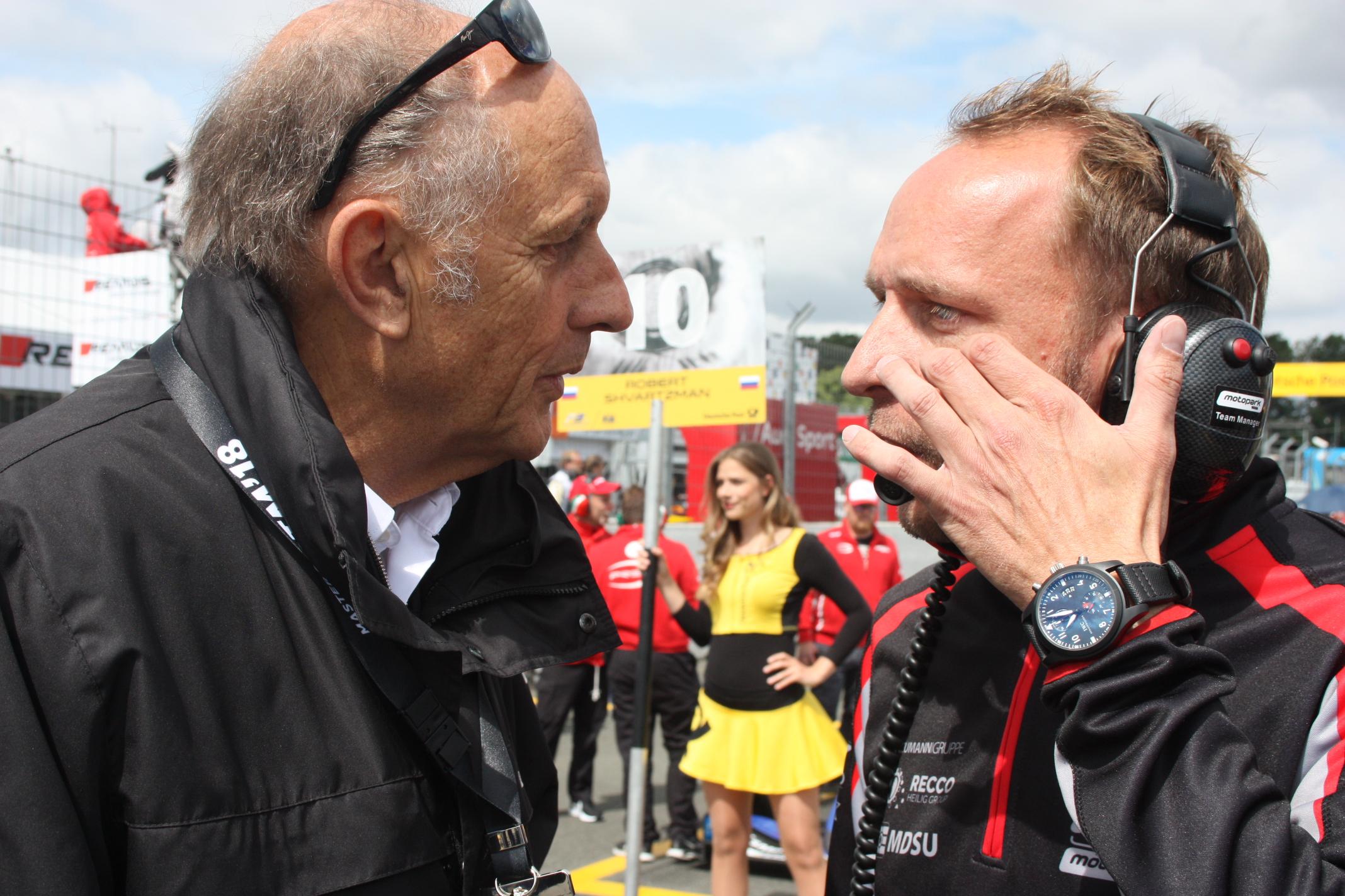 Na mladé talenty se přišel podívat i dřívější pilot F1 a vítěz Le Mans, Hans Joachim Stuck. (V rozhovoru se šéfem týmu Motopark, Timem Rumpfkeilem)