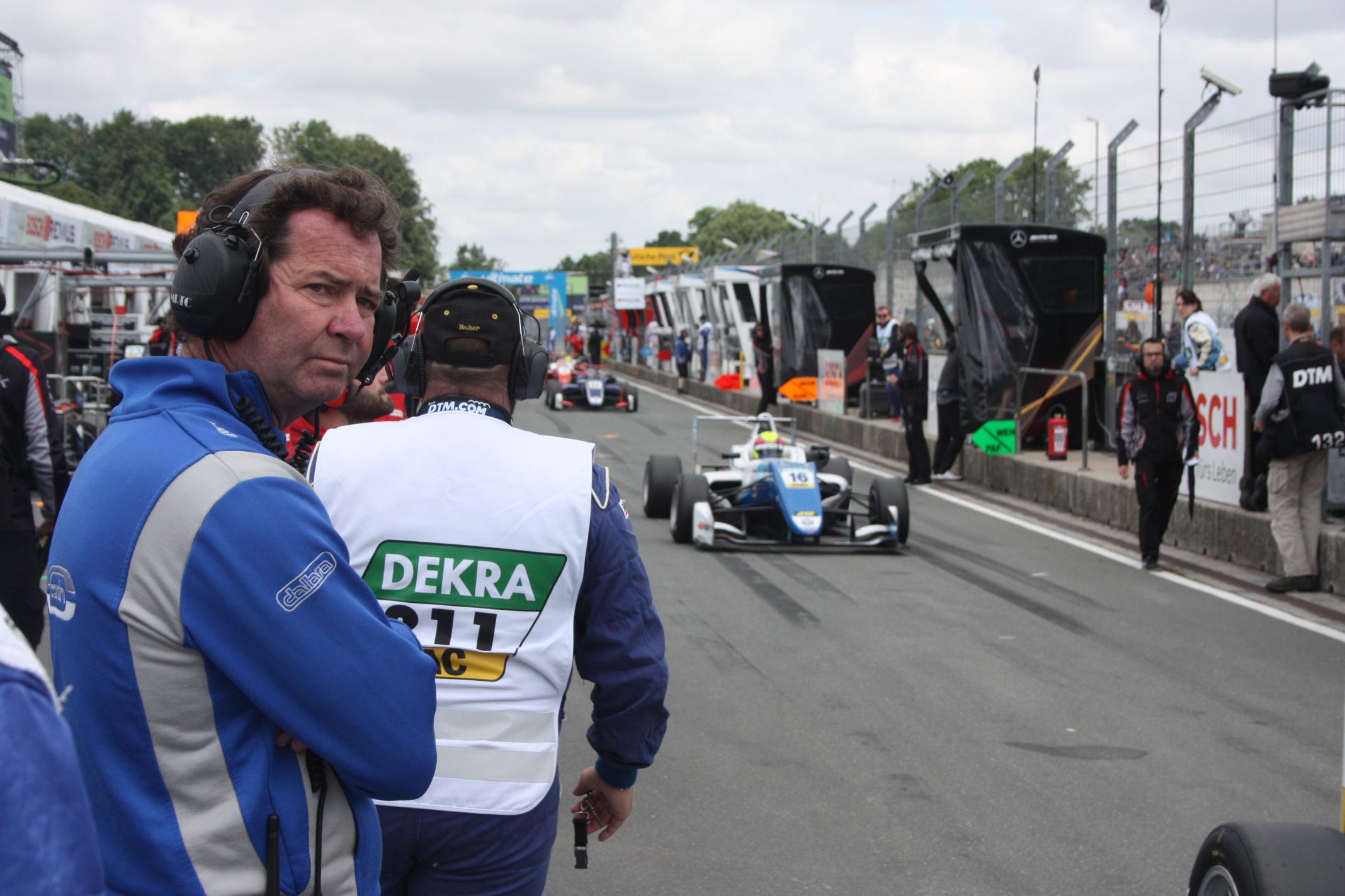 Britský majitel stáje Trevor Carlin má roku 2018 obrovský program: Jeho vozy nejezdí pouze ve Formuli 3, ale i ve Formuli 2 a v IndyCarech!