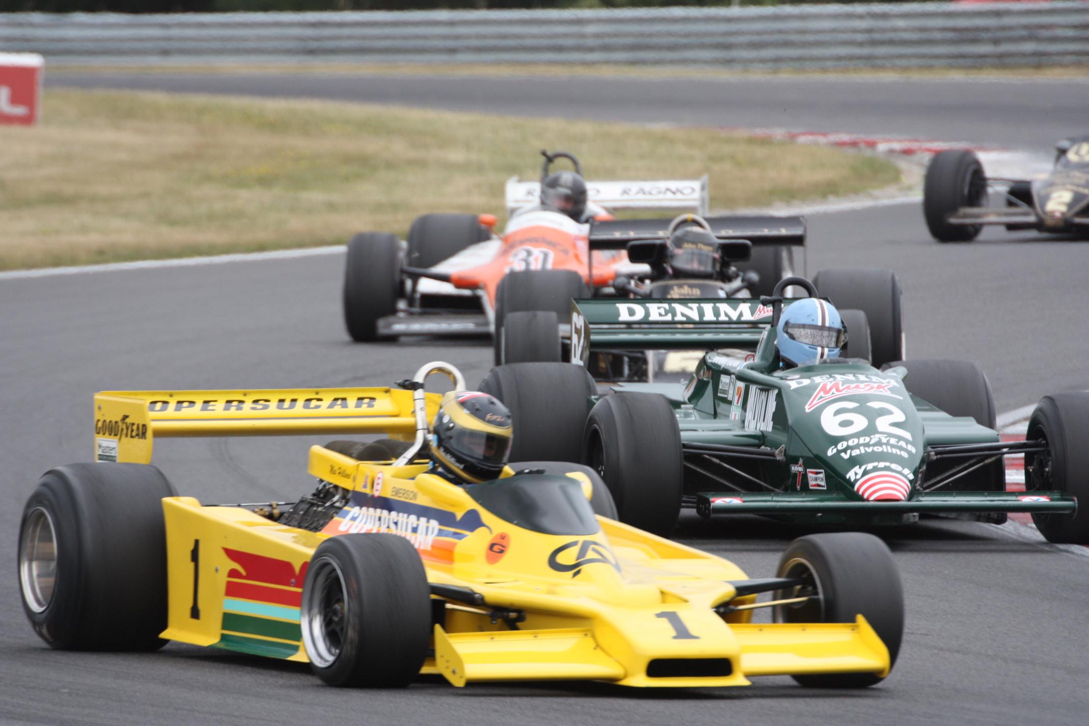 Vrcholem víkendu byl samozřejmě velmi napínavý nedělní závod Formule 1: Zde jede Smith-Hillardův Fittipaldi před Constableovým Tyrrellem a Thorntonovým Lotusem