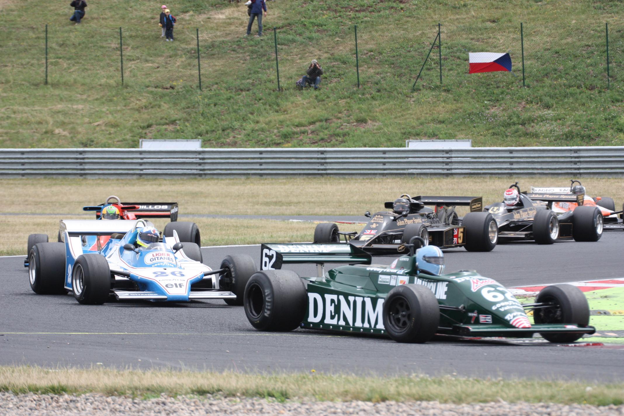 Pastva pro oči pamětníka: Lotus, Ligier, Shadow, dva Lotusy a Arrows v první šikaně