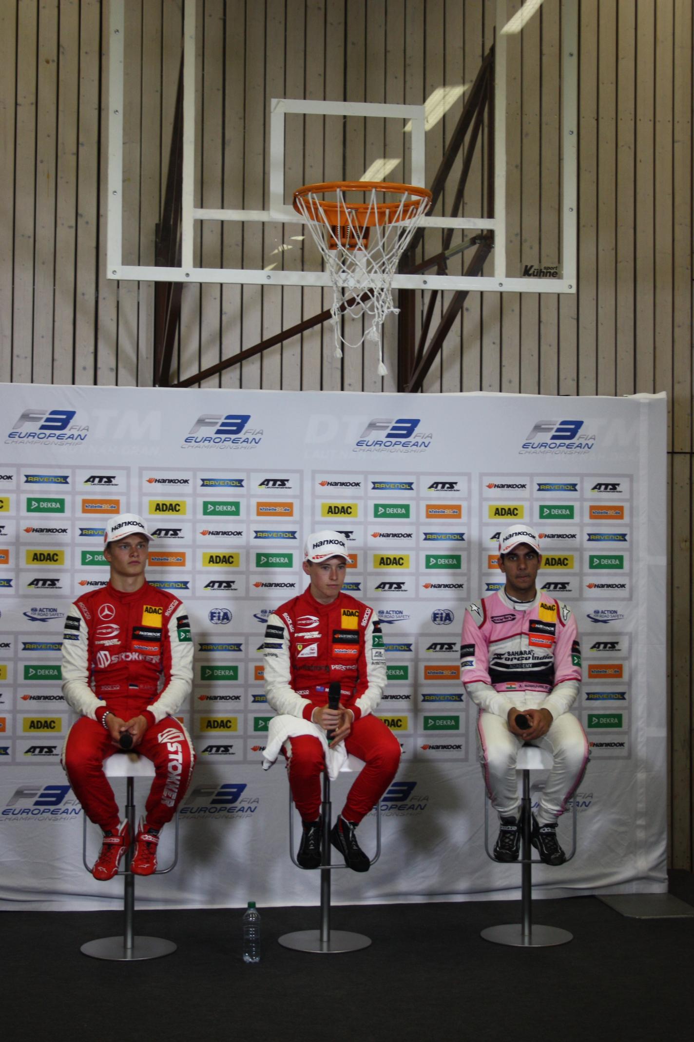 Legrace: Media-Center je na Norisringu v tělocvičně prvoligových fotbalistů 1. FCN – a tak dávali vítězové F3 tiskovou konferenci pod basketballovým košem