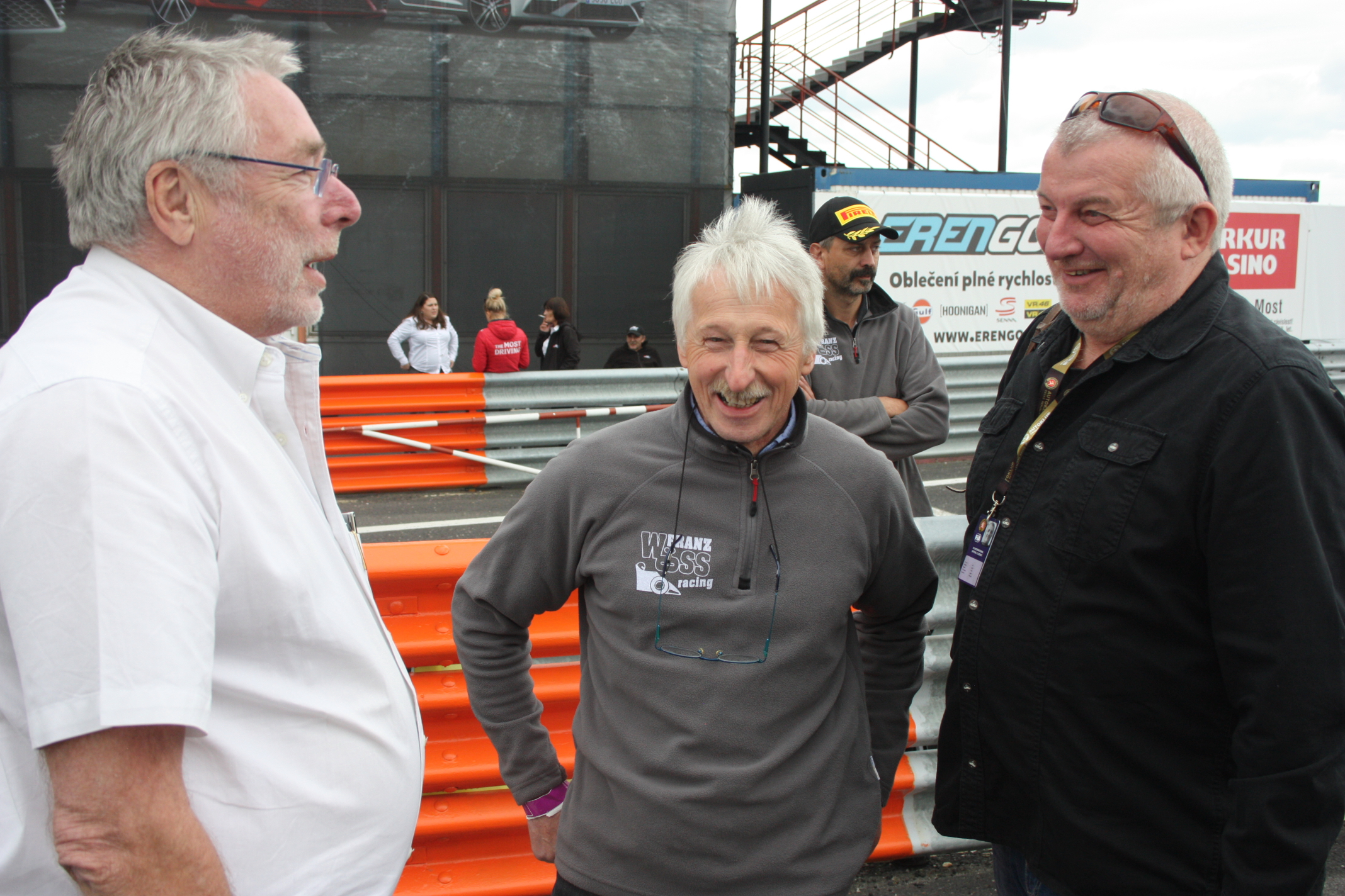 Hlavním komisařem podniku byl legendární Juergen Barth. Uprostřed je nezmar Formule 3, organizátor série AFR-Cup Franz Woess