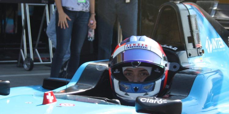 K týmu Tatiany Calderonové patří její setsra Paula a manažer, ex-mistr mexické F2 Fernando Plata